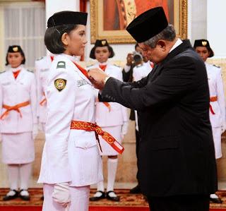 Juana Gita Medinnas Janis, siswi SMAN 1 Tahuna, Sulawesi Utara saat menerima lencana PaskIbraka dari Presiden SBY